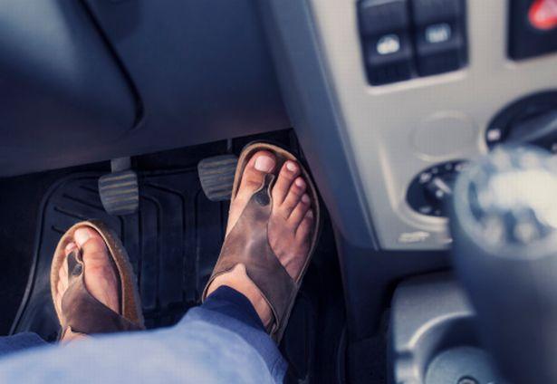 Amenzi mari pentru șoferii care conduc cu încălțăminte inadecvată