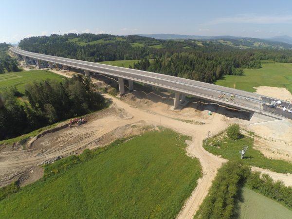Po kilku dniach próbnych obciążeń największej estakady na odcinku drogi ekspresowej S7 (Lubień – Rab