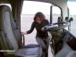 Egy német autósiskola a B kategóriás jogosítványra készülőket a teherautó kormánykereke mögé ülteti.