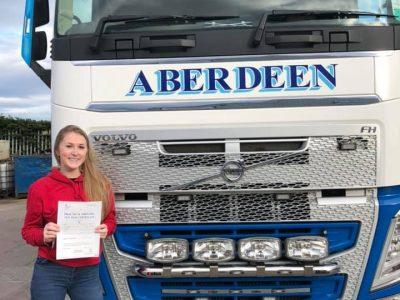 Tizennyolc éves, divattervezést tanul az egyetemen és ő a legfiatalabb teherautó-vezető az Egyesült Királyságban