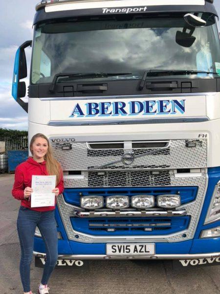 Ma osiemnaście lat, studiuje modę i… jest najmłodszą truckerką w Wielkiej Brytanii