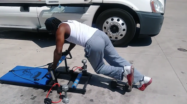 Miał dość patrzenia, jak koledzy niszczą sobie zdrowie. Trucker stworzył specjalną ławkę do ćwiczeń
