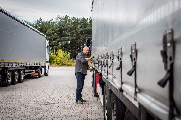 Lietuvoje dirbančių užsieniečių skaičius per metus išaugo dukart. Daugiausiai įdarbintų – sunkvežimi