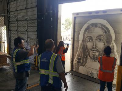 Зачем мыть грузовики, если можно… нарисовать на грязи произведение искусства