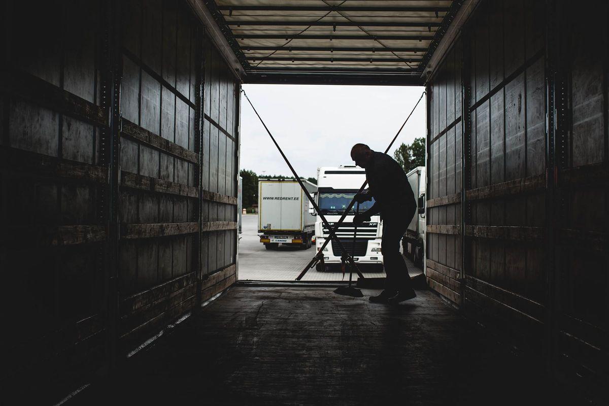 Užimtumo tarnyba: šiemet darbo rinkoje reikės vairuotojų ir sandėliavimo darbuotojų