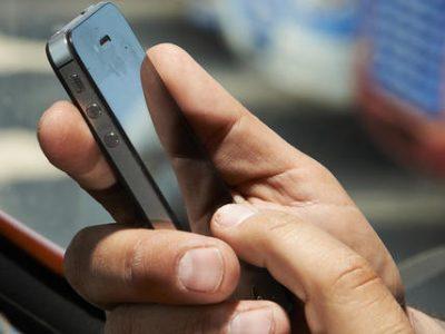 Guvernul adoptă noi reglementări privind folosirea telefonului mobil la volan