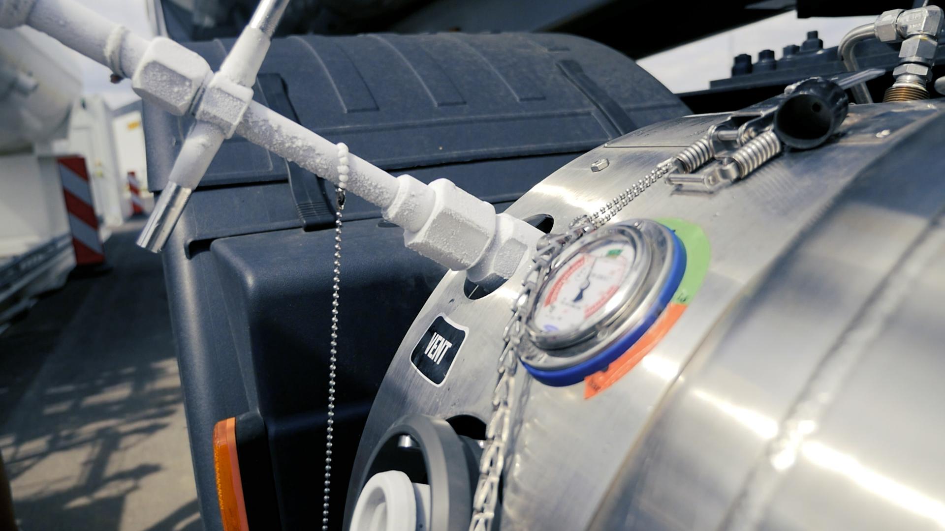 Stacji LNG jak na lekarstwo, więc… ta firma wybudowała własną i kupiła 27 gazowych trucków. Co zyskała?