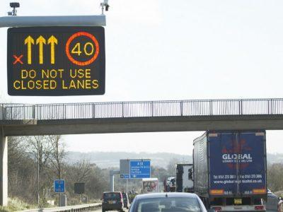 Marea Britanie testează un sistem de afișaj rutier inteligent în mai multe limbi, inclusiv în română