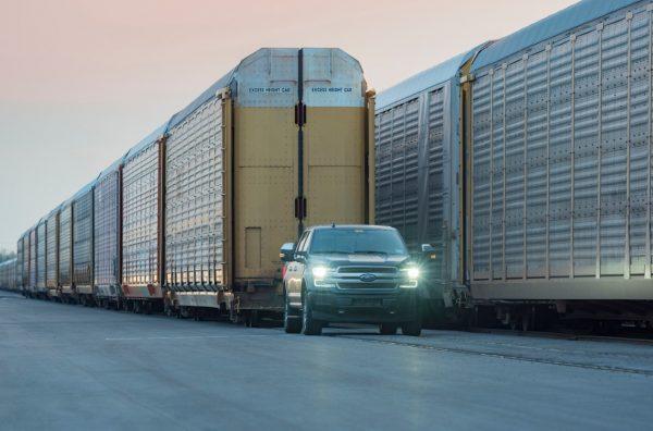 Elektryczny pickup pociągnął bez problemu… 10 załadowanych wagonów