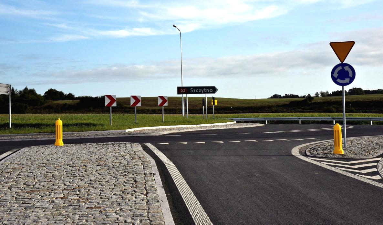 W ostatni weekend drogowcy wpuścili ruch na nowy odcinek drogi krajowej nr 53 pod Olsztynem – od węzła Pieczewo do Klewek. Choć to tylko 2 km, to jednak dość ważne, ponieważ pozwalają na wjazd na obwodnicę Olsztyna (S51) kierowcom jadącym od strony Szczytna. Nowy fragment drogi krajowej nr 53 był budowany razem z obwodnicą miasta, a sam omija miejscowość Szczęsne. W inwestycji wykonawca wzniósł dwa obiekty mostowe, wybudował rondo turbinowe na połączeniu istniejącej DK53 z jej nowym przebiegiem oraz połączenia z lokalnymi drogami. Fot. GDDKiA Olsztyn