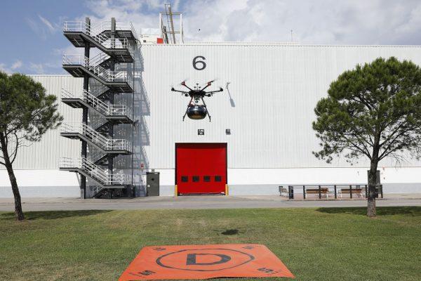 Logistyka 4.0 w praktyce. W fabryce Seata stosowano już autonomiczne wózki, teraz pojawiły się drony