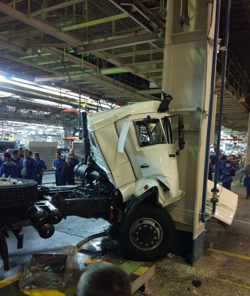 Jak szybko można skasować nową ciężarówkę? Na to pytanie odpowiedzieli Rosjanie, zatrudnieni w fabryce Kamaza w miejscowości Nabierieżnyje Czełny w Tatarstanie. Nowiutka ciężarówka została rozbita jeszcze w zakładzie, tuż po zjechaniu z taśmy. Pojazd miał trafić do magazynu, ale nie zdążył nawet wyjechać z hali produkcyjnej. Zdjęcia, zrobione najprawdopodobniej przez któregoś z pracowników, zostały udostępnione na portalu społecznościowym Vkontakte i szybko obiegły sieć. W wyniku wypadku nikt nie ucierpiał. Pozostaje pytanie – z jaką szybkością jechała ta ciężarówka?
