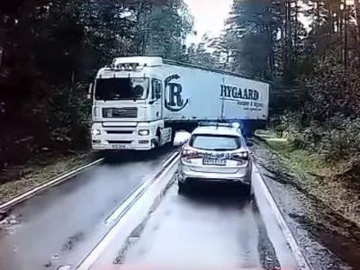 Akciófilmbe illő helyzet. A száguldó teherautó kis híján elsöpörte a rendőrautót.