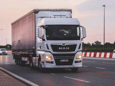 Sunkvežimių eismo apribojimai spalio mėnesį. Patikrinkite, kur ir kada galioja