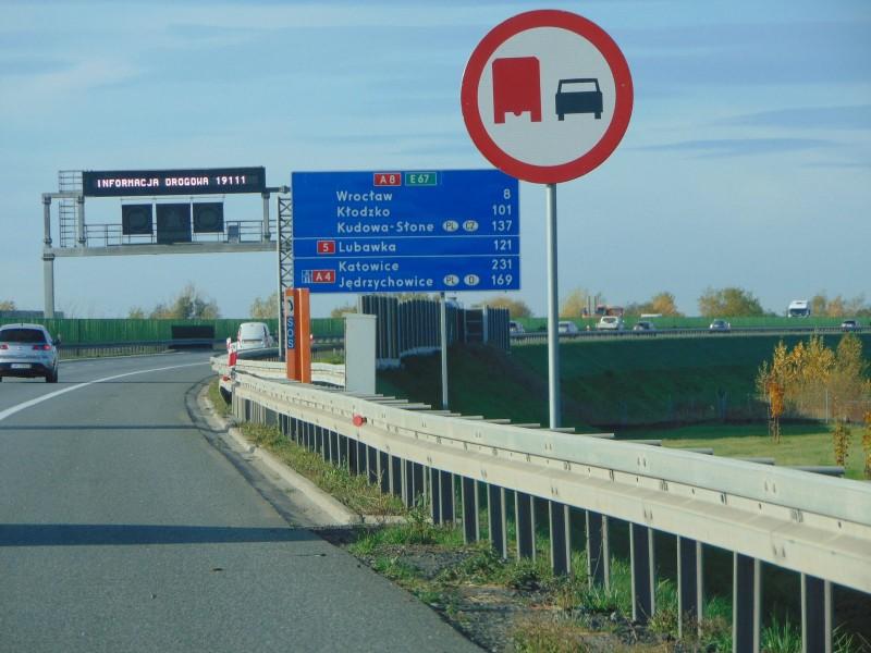 Nowy zakaz wyprzedzania przez samochody ciężarowe na autostradzie koło Wrocławia