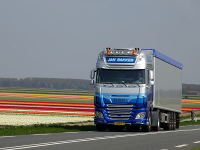 Mások lesznek az új teherautók Európai útjain. Nézze meg, milyen kötelező pluszfelszereltséget kapnak!