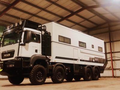 """Luxus egy kétszintes teherautóban. A kamionosok álma """"csak"""" 2 millió dollárt kóstál."""