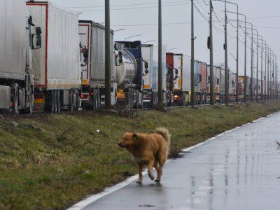 A rendőrség azt mondja, nem miattuk állnak a kamionok a határon. Mindössze az évvégi teherforgalom-növekedés az oka.