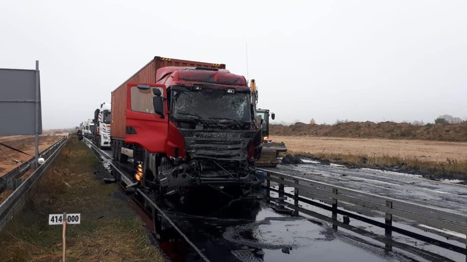 """Wskutek zderzenia dwóch ciężarówek, droga krajowa nr 1  na wysokości miejscowości Mykanów na północ od Częstochowy jest całkowicie zablokowana. Na drogę wylał się płynny asfalt, który wiozła jedna z ciężarówek. Z relacji w mediach społecznościowych wynika, że policja zorganizowała objazdy zablokowanego odcinka. Około godz. 9 zator na DK 1 od strony Piotrkowa miał ponad 5 km. Sytuację komplikuje fakt, że w tym rejonie trwa przebudowa krajowej """"jedynki"""". Fot. Auto Centrum Pomoc Drogowa Rajek/Facebook"""