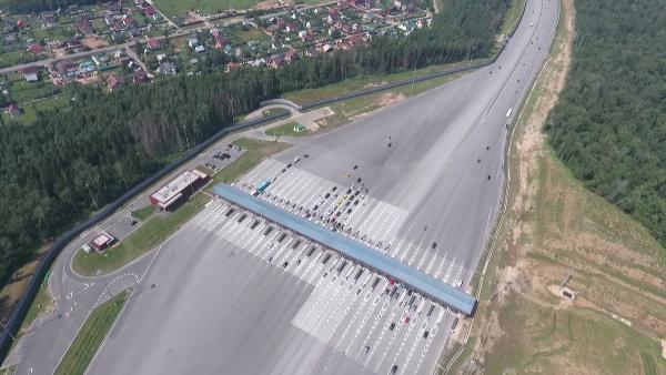 Az új autópálya Moszkva és Szentpétervár között már megnyílt. A 720 km-t 6,5 óra alatt lehet megtenn