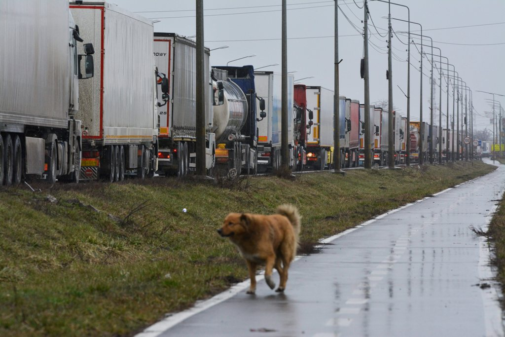 Hungarian police say: 5-hour-long queues at the borders are not their fault.Still, there are congestions at the Romanian and Serbian crossing.
