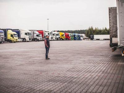 Idėjos, kaip padidinti sunkvežimių stovėjimo vietų skaičių Vokietijoje. Kai kurių idėjų įgyvendinimas jau prasidėjo