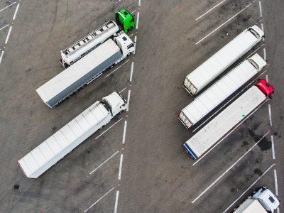 Stovėjimas kolonose perpus padidina sunkvežimių stovėjimo aikštelių plotą. Patikrinkite, kaip tai veikia