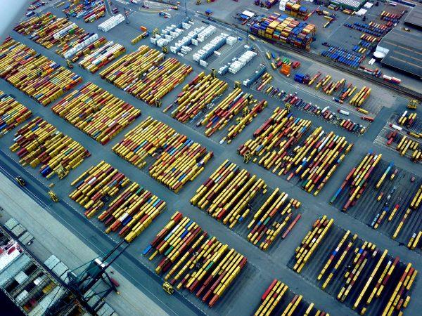 Stawki spotowe za kontenery minimalnie spadają po Chińskim Nowym Roku. Importerów czeka jednak kolej