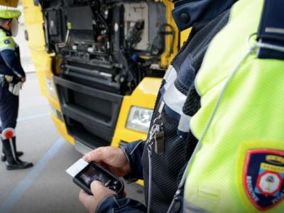 Amendă și suspendarea permisului unui șofer de camion pentru manipularea tahografului