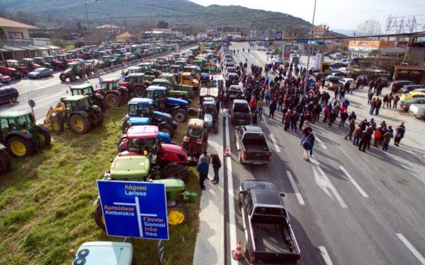 Grevă de amploare a fermierilor în Grecia; drumuri naționale blocate de utilaje agricole