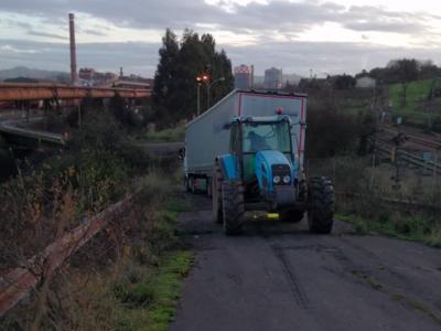 Litewskiego truckera, który utknął pod fabryką, uratowali lokalni mieszkańcy