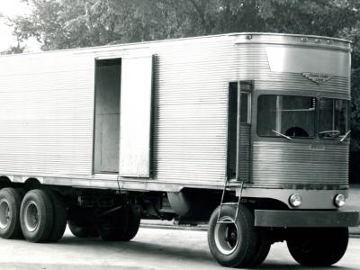 Prieš daugelį metų kilusi neįprasta techninė mintis, t.y., be kabinos važiuojanti puspriekabė