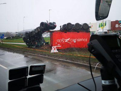 Eismas po avarijos Radviliškyje – atnaujintas. Sunkvežimio gabentos trąšos nepavojingos