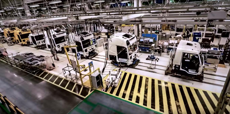 Jak powstają ciężarówki Volvo? Zajrzyj w zakamarki belgijskiej fabryki