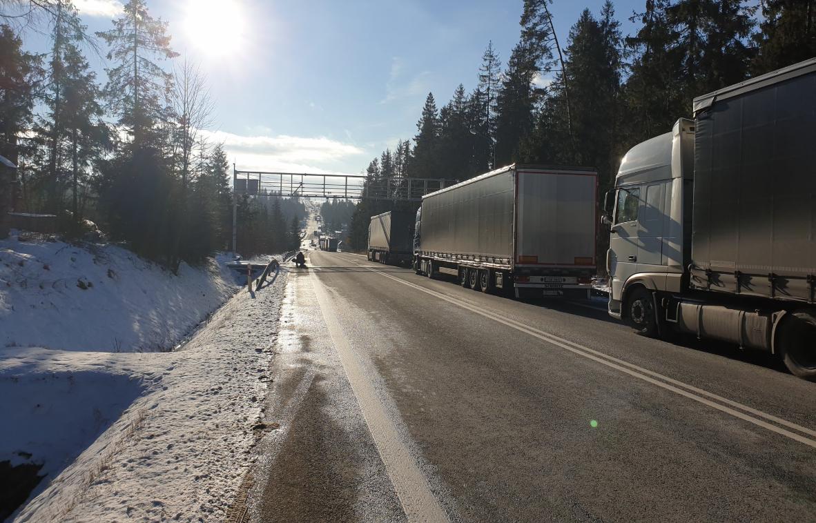 Problem z przejazdem przez granicę polsko-słowacką w Chyżnem. Ciężarówki stoją