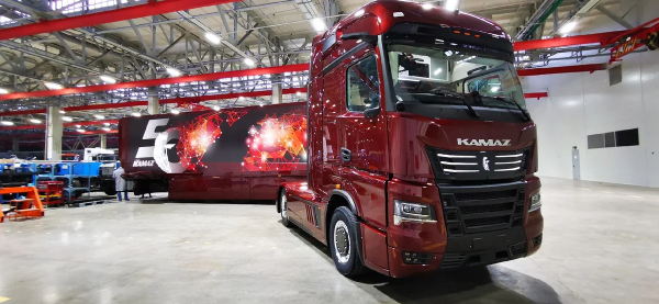 """""""Kamaz"""" švenčia savo veiklos pusamžį technologinėmis naujovėmis ir pranešimu apie krovininių mikroau"""