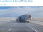 Будьте осторожны при сильном ветре! Посмотрите, что сильный порыв ветра сделал с грузовиком в Штатах