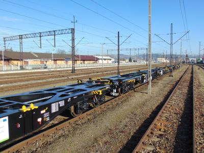 PKP Cargo odebrało pierwsze wagony do przewozu kontenerów. Chce zostać operatorem logistycznym