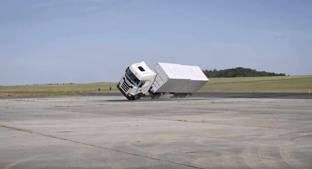 Nagranie z tego crashtestu robi wrażenie. Dlaczego Szwedzi przewrócili zestaw na bok?