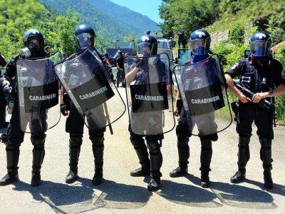 Az olasz csendőrök szétvertek egy kamionokat megtámadó bandát. A bűnözőknek még Kalasnyikovja is volt