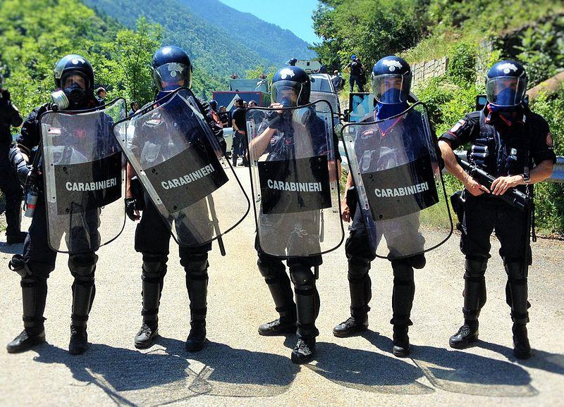 Włoscy karabinierzy rozbili bandę napadającą na ciężarówki. Przestępcy mieli nawet kałasznikowa