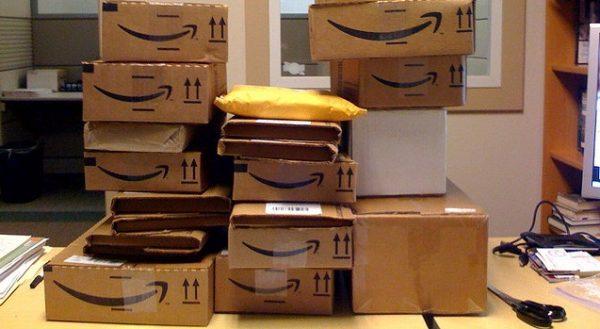 Kurier jeżdżący dla Amazona miał dość. Porzucił auto pełne przesyłek. Reakcje ludzi – skrajnie różne