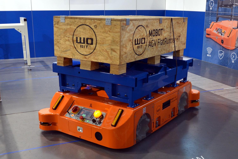 На транспортере движется ящик с грузом конвейер ауди в германии
