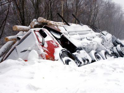 Szkody spowodowane przez kierowców. Kto ma obowiązek ich naprawienia?