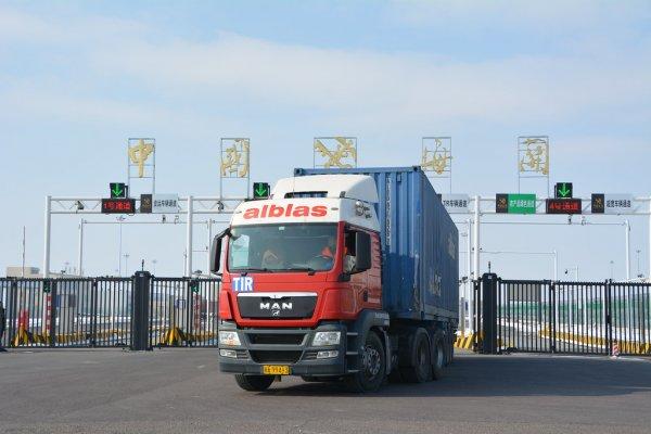 Die Lastwagen kehren auf die Straßen zurück. Der Straßentransport nach China nähert sich dem vor-epi