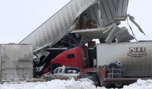 Didžiulis susidūrimas, kuriame dalyvavo dešimtys sunkvežimių. Krūva sudužusių sunkvežimių kelias die