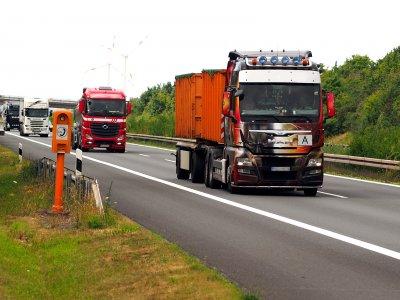 Vokietijos federalinės žemės sušvelnino sekmadienio sunkvežimių eismo apribojimus. Priežastis – koronavirusas