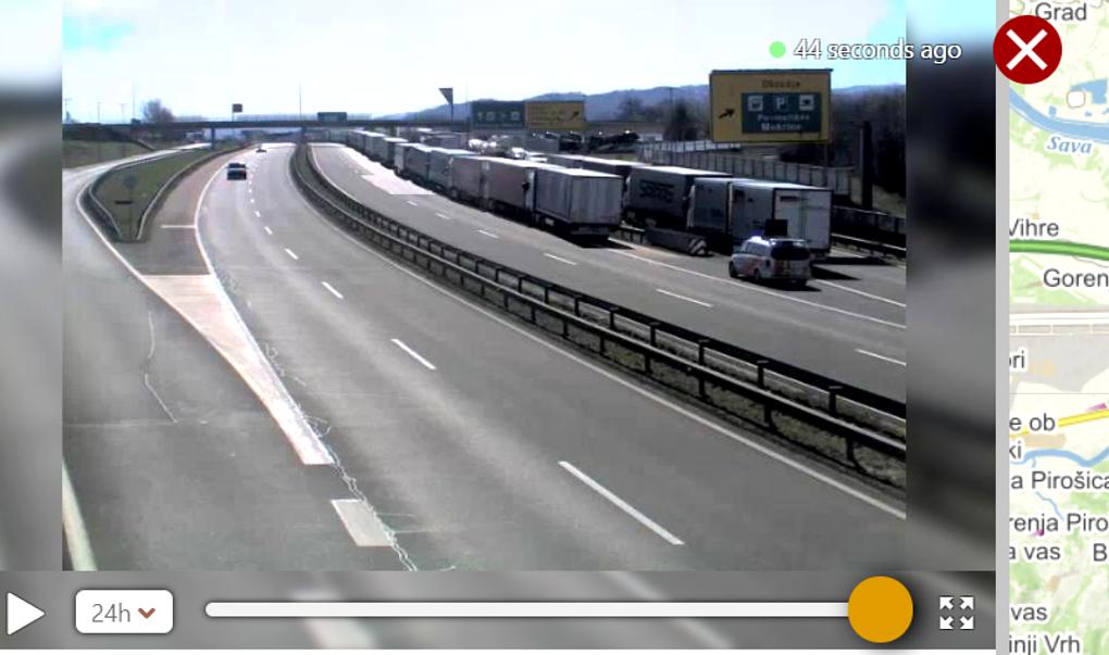 Kilkukilometrowy korek spowalnia przejazd przez granicę między Chorwacją a Słowenią na odcinku między miejscowościami Obrezje (Słowenia) i Bobovica (Chorwacja) – na trasie Zagrzeb – Lublana. Powodem są kontrole sanitarne po stronie słoweńskiej. Na kamerach internetowych serwisu pogodowego windy.com można zobaczyć, że na prawej stronie trasy stoi długi sznur ciężarówek. Fot. Windy.com