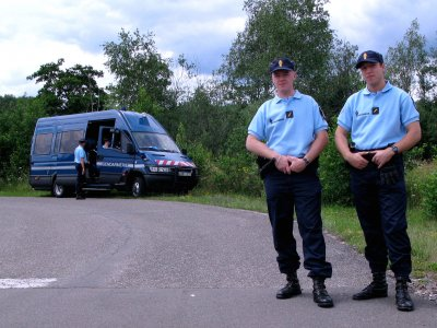 Jak odróżnić prawdziwego policjanta od przebierańca? Francuska żandarmeria podaje wskazówki
