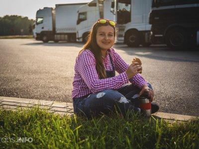 Kedves gesztus a német cégtől – egy kis fekete, hálaként a teherautó sofőrök erőfeszítéseiért